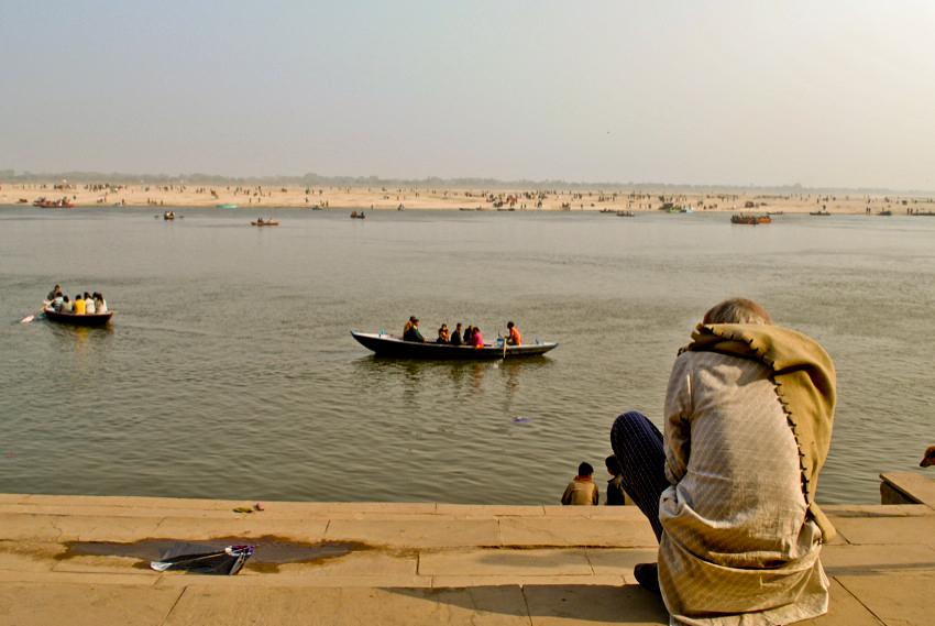 Hombre mirando al Ganges